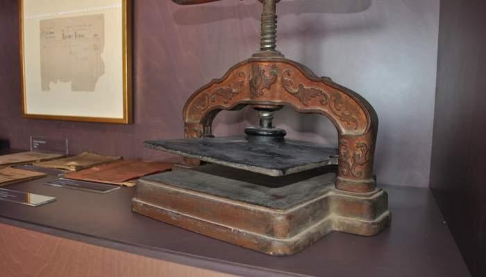 """<p><span style=""""font-weight: 400;"""">Antiga impremta propietat de l'escriptor i editor alcoverenc Cosme Vidal, finals del segle XIX.</span></p>"""