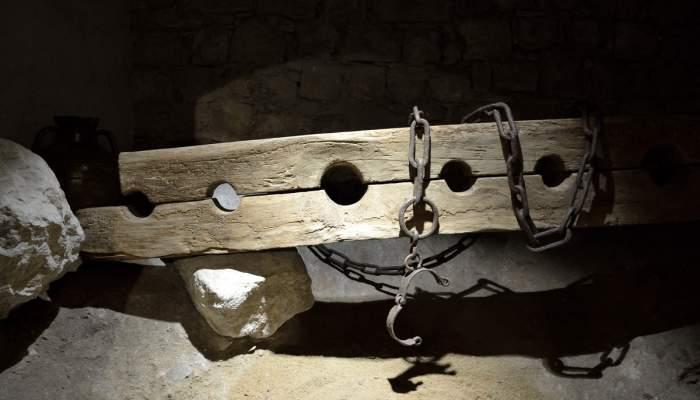 <p>Cep o jou. Fusta i ferro, segle XIV (?), procedent del castell de Foix&agrave; (Fons d'Art de la Diputaci&oacute; de Girona)</p>