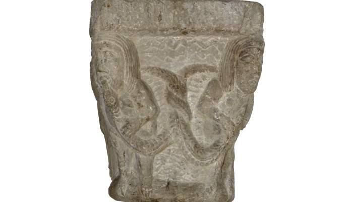 <p><em>Capitell</em>, segle XII. Pedra calc&agrave;ria, 27 x 21 x 21 cm.&nbsp;Sant Privat d&rsquo;en Bas (Garrotxa). Museu d'Art de Girona - Fons Bisbat de Girona.</p>
