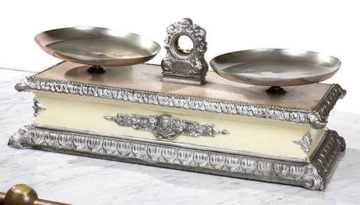 <p>Balan&ccedil;a de marbre de principis del segle XX utilitzada a la farm&agrave;cia Barri</p>