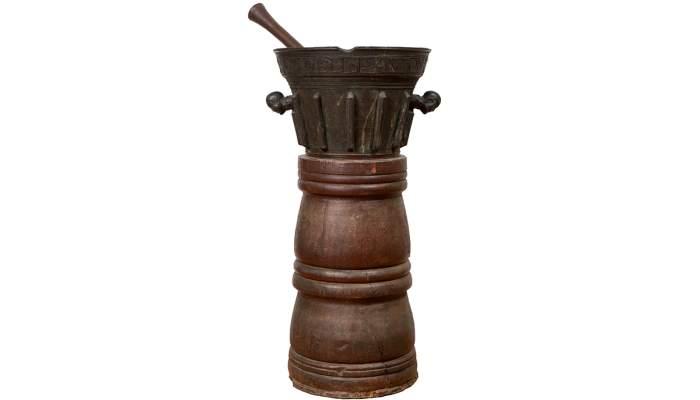<p>Morter del segle XIX amb unes curioses nanses que tenen forma de cap hum&agrave;</p>