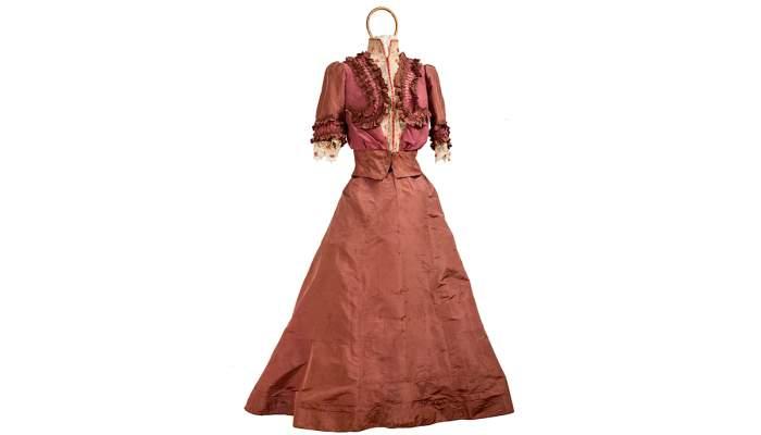 <p>Vestit llarg de cot&oacute; del segle XIX, guarnit amb delicat vellut verd</p>