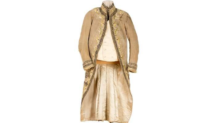 <p>Casaca de vellut de seda del segle XVIII, amb botons folrats, lluentons i diminutes pedres transparents</p>
