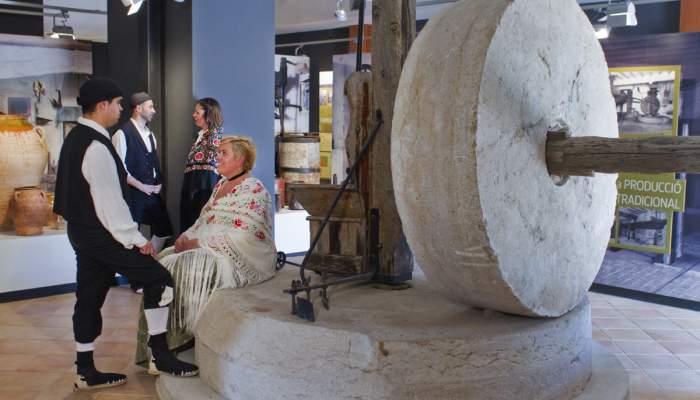 <p>La meule est l'un des principaux &eacute;l&eacute;ments qu'il est possible de voir dans cet espace sur la production de l'huile d'olive.</p>