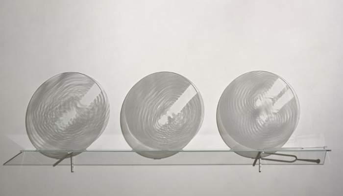 <p><em>La, la, la</em>, Bernard Moninot, 2005, serigrafia sobre vidre i diapasó de cristall</p>