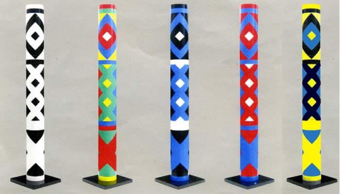 <p><em>5 cylindres polychromes</em>, Guy de Rougemont, 2000, PVC lacat</p>
