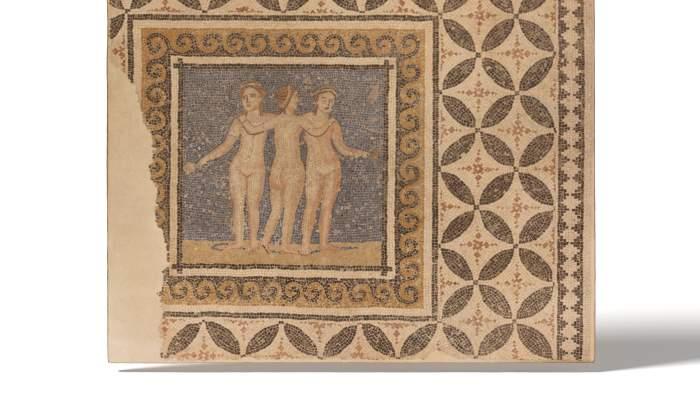 <p>La mosa&iuml;que des Trois Gr&acirc;ces, provenant de l'ancien couvent de l'Ensenyan&ccedil;a (Barcelone), est dat&eacute;e entre les III<sup>e</sup> et IV<sup>e</sup> si&egrave;cles ap. J.-C.</p>