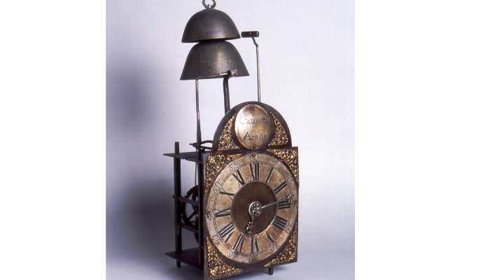 <p>Rellotge, taller de Feliu Roca i Cat&agrave; (1720-1792) i Francesc Roca i Tolr&agrave; (1748-1807), darrer quart del segle XVIII, Arenys de Munt, ferro forjat, fosa de llaut&oacute; i peltre. Col&middot;l. Dr. Jes&uacute;s P&eacute;rez-Rosales</p>