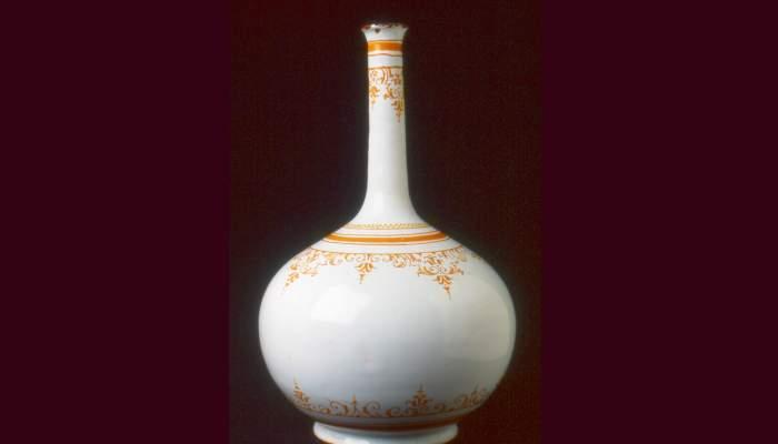 <p>Ampolla, primera &egrave;poca del taller de l&rsquo;Alcora (Castell&oacute;), 1730-1740, l&rsquo;Alcora, pisa esmaltada i policromada. Col&middot;l. Dr. Jes&uacute;s P&eacute;rez-Rosales</p>