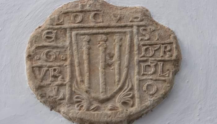 <p>Estela funeraria discoidal, siglo xiv, Jaca, piedra calc&aacute;rea tallada y cincelada en bajorrelieve.</p>