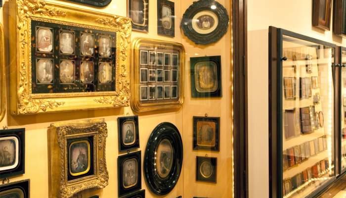 <p>Col&middot;lecci&oacute; de daguerreotips. La Sala de la Fotografia exhibeix un conjunt d&rsquo;una de les primeres t&egrave;cniques fotogr&agrave;fiques: el daguerreotip. &copy;&nbsp;Museu Frederic Mar&egrave;s. Foto: Guillem F-H</p>