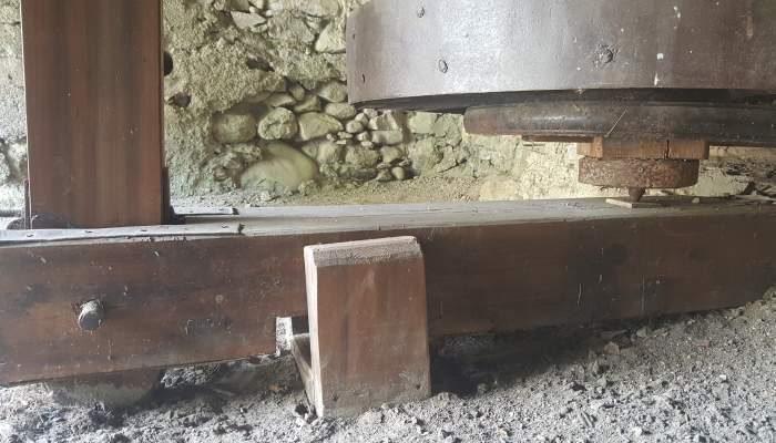 <p>Une petite structure en bois permettait de maintenir le banc &agrave; sa place</p>