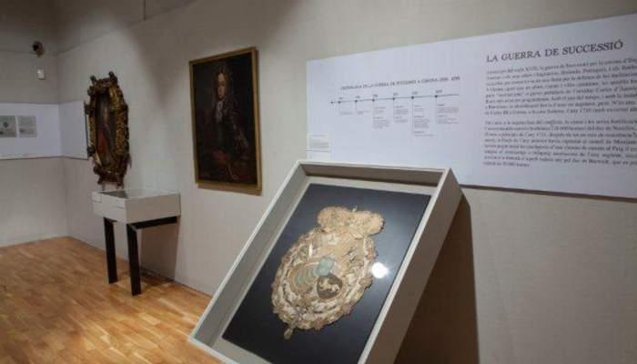 <p>Escudo imperial, siglo xviii, bordado. Mart&iacute; Artalejo</p>