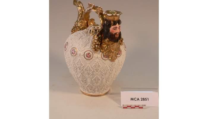 <p>Botijo decorativo, siglo&nbsp;XIX, 25,5&nbsp;&times;&nbsp;26,3&nbsp;cm, Versalles (Francia)</p>