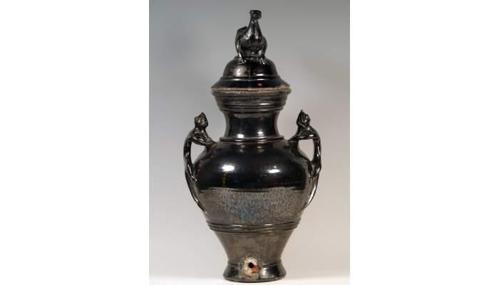 <p>Jarra de aguamanil, siglo&nbsp;XVIII, 63&nbsp;&times;&nbsp;24&nbsp;cm, Olot (?) (Garrotxa). Dep&oacute;sito Museo de Cer&aacute;mica de Barcelona</p>