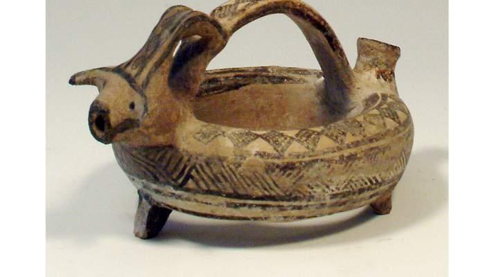 "<p><strong><span style=""font-weight: 400;"">Asc (del grec </span><em><span style=""font-weight: 400;"">askos</span></em><span style=""font-weight: 400;"">) anular, edat del bronze mitj&agrave; (1500-1200&nbsp;aC), 10&nbsp;&times;&nbsp;19&nbsp;cm, Xipre</span><"
