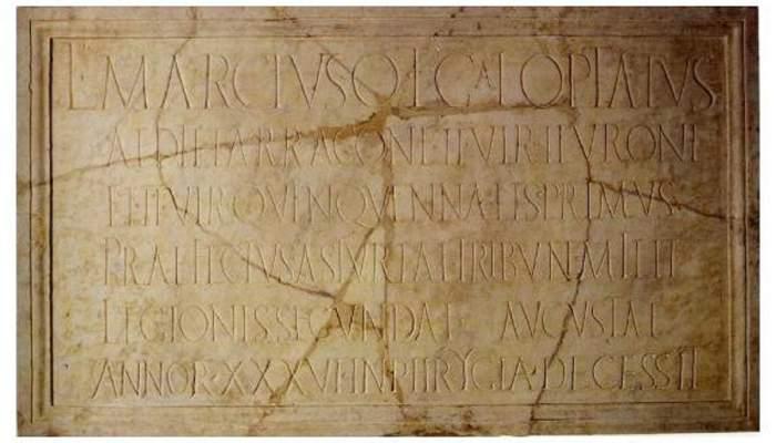 <p>L&agrave;pida amb inscripci&oacute;, s. I dC</p> <p>Marbre</p> <p>Procedent de la Riera</p> <p>Foto: Museu de Matar&oacute;</p>