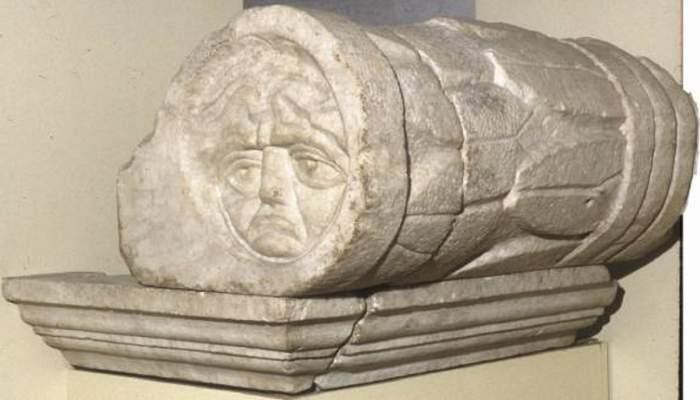 <p><em>Gorgoneion</em>, s. II dC</p> <p>Marbre de Carrara</p> <p>Procedent del cam&iacute; del Mig</p> <p>Foto: Museu de Matar&oacute;</p>