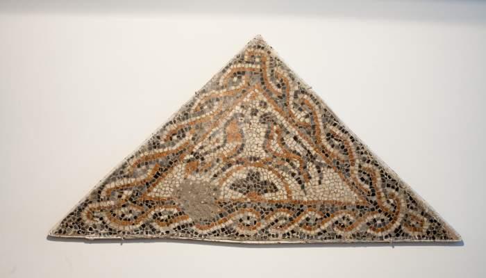 <p>Mosaico policromado con símbolo cristiano procedente de la villa romana del Faro (Torrox), datado entre los siglos iv y v.</p>
