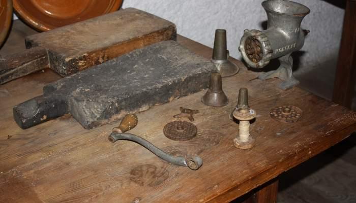 <p>Le hachoir a &eacute;t&eacute; invent&eacute; au XIX<sup>e</sup> si&egrave;cle par le chercheur et inventeur allemand Karl Drais</p>