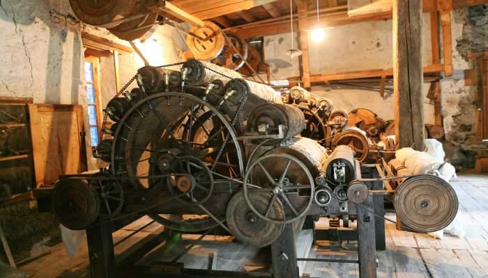 """<p><strong><span style=""""font-weight: 400;"""">La roda boja era l&rsquo;embragatge que permetia desconnectar la maquin&agrave;ria quan l&rsquo;embarrat estava funcionant</span></strong></p>"""