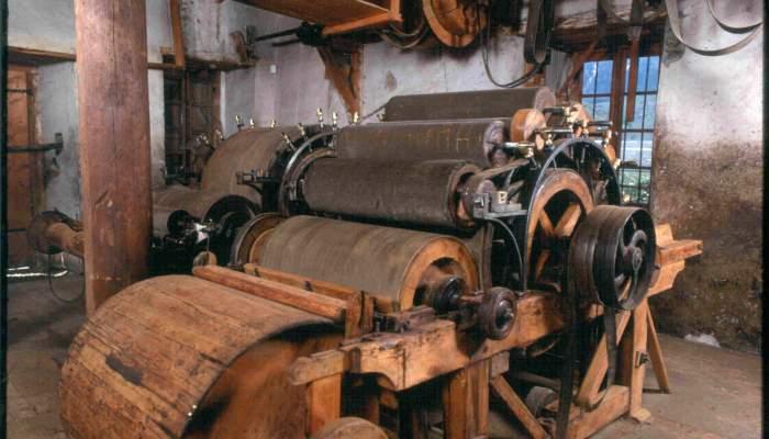 """<p><strong><span style=""""font-weight: 400;"""">Els cilindres estan prove&iuml;ts d&rsquo;unes fines pues de ferro que s&oacute;n les encarregades de pentinar la llana</span></strong></p>"""