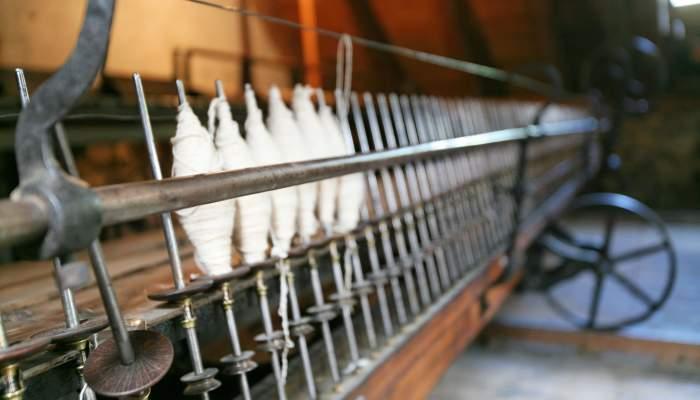 <p>La mule-jenny est le pr&eacute;curseur des machines comme la berguedana ou les selfactines (m&eacute;tier &agrave; filer m&eacute;canis&eacute;).</p>