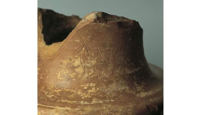 <p>Detall de l&rsquo;escena ritual sobre suport de cer&agrave;mica, s. I aC</p> <p>Terrissa</p> <p>Foto: Museu de Matar&oacute;</p>