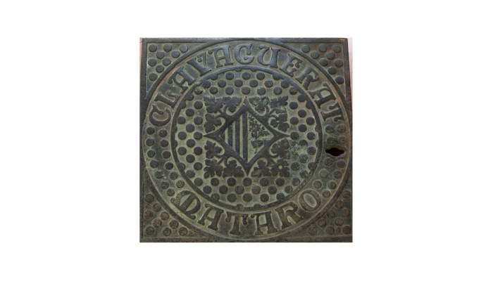 <p><strong>Placa de clavegueram</strong>, 1892-1896</p> <p>Dissenyada per Josep Puig i Cadafalch (Matar&oacute;, 1867&ndash;Barcelona, 1956)</p> <p>Bronze emmotllat</p> <p>19x23 cm</p> <p>Foto: Museu de Matar&oacute;</p>