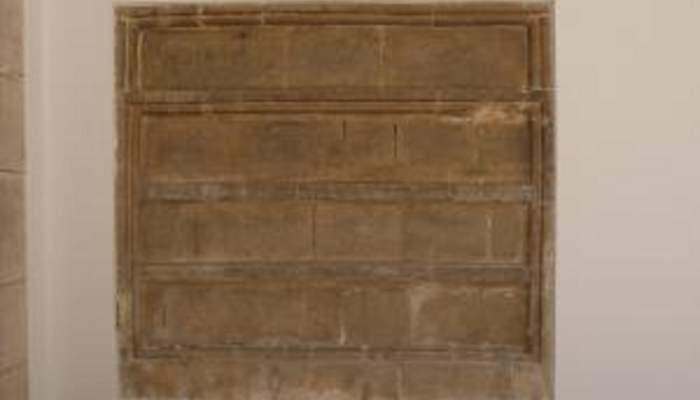 <p>Image frontale des quatre s&eacute;pultures qui forment les Tombeaux des abb&eacute;s</p>