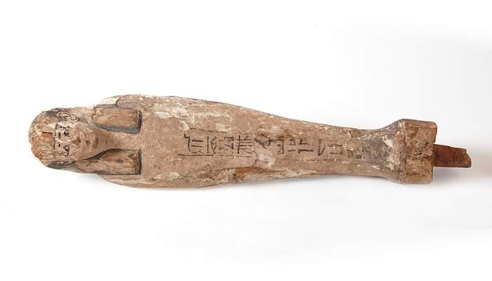 <p>Figura de fusta estucada i policromada del d&eacute;u Osiris&nbsp; provinent d'Akhmin, Egipte, 40,5&times;8,5&times;5,5 cm.</p>