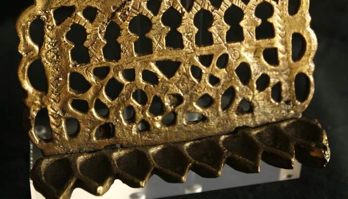 <p>L&aacute;mpara de Januc&aacute;. Metal. Siglo XIX, Marruecos (cesi&oacute;n de Uriel Mac&iacute;as).</p>