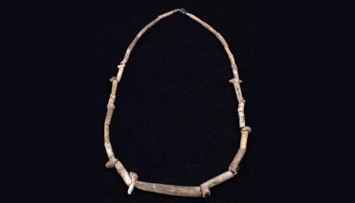 <p>Gargantilla,&nbsp;conchas y hueso, 19000 - 16000 a. C., Cau de les Goges (Sant Juli&agrave; de Ramis, Giron&egrave;s).</p>