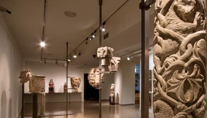 <p>Fust de columna, mestre de Cabestany (o taller), segon ter&ccedil; del segle XII.</p> <p>Marbre. 86 x 20,6 cm.</p>