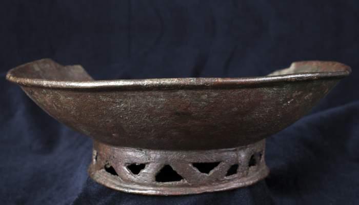 <p>Plat amb peu trepanat, Collet de Sant Antoni de Calonge (Calonge, Baix Empord&agrave;), &egrave;poca romana, segle VII dC</p>