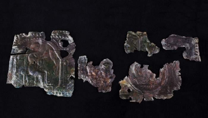 <p>Placa d&rsquo;una caixa de n&uacute;via, la Font del Vilar (Avinyonet de Puigvent&oacute;s, Alt Empord&agrave;), &egrave;poca romana, segle IV dC</p>