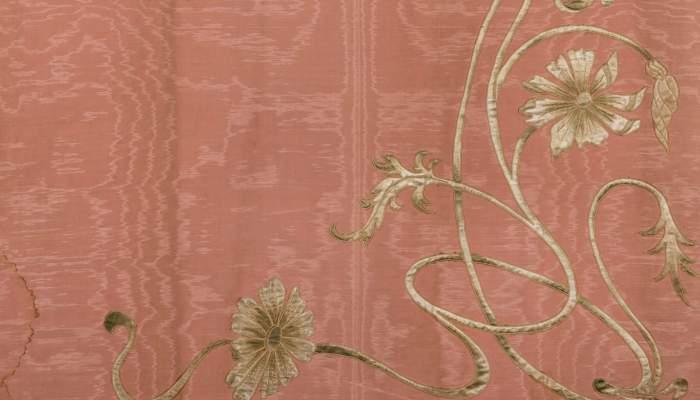 <p>Piezas de muar&eacute; de seda para confeccionar una casulla, con el dibujo previo al bordado. Dise&ntilde;o de Gaspar Homar, 1914.&nbsp;<br /> Foto Quico/CDMT</p>