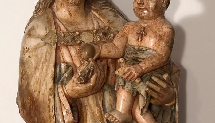 <p><em>Mareded&eacute;u</em>, segle XV. Alabastre policromat, 108 x 40 x 33 cm. Pont&oacute;s, Alt Empord&agrave;. Museu d&#39;Art de Girona - Fons Diputaci&oacute; de Girona.</p>