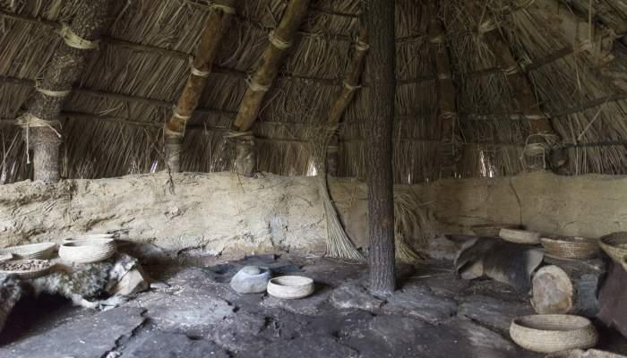 <p>El granero neol&iacute;tico es uno de los espacios reconstruidos que pueden visitarse (Harold Abellan)</p>