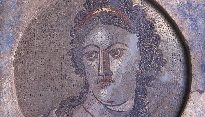 <p>Mosa&iuml;que mural de Mn&eacute;mosyne, d&eacute;esse de la m&eacute;moire et m&egrave;re des neuf muses</p>