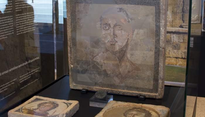 <p>Mosaico parietal con representaci&oacute;n masculina</p>