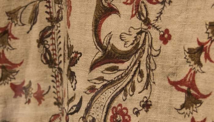 <p><em>Dress of Our Lady of Guidance.&nbsp;</em><em>Indianes</em>&nbsp;print. Museum of La Garrotxa</p>