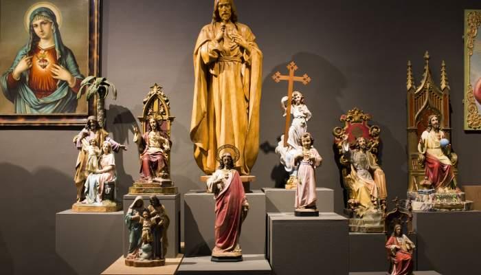 <p>Conjunt d'imatges de Sagrats Cors realitzats en diversos tallers de la ciutat d'Olot (segle XIX i XX). Fotografia: Blai Farran.</p>
