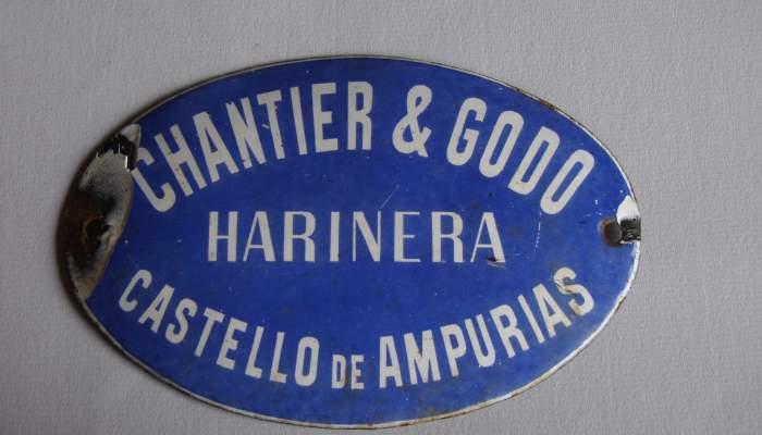 <p>Placa met&aacute;lica con la inscripci&oacute;n Chantier and God&oacute;, los arrendatarios de la f&aacute;brica de harinas de Castell&oacute; d&rsquo;Emp&uacute;ries en 1920.</p>