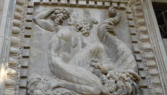 <p><em>Las Alegor&iacute;as de la f&aacute;brica Roviralta,</em> Ismael Smith, 1915, Cemento.</p>