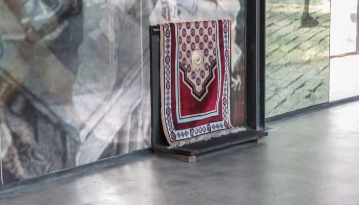 <p><em>Catifa d&rsquo;oraci&oacute;</em>, Col&middot;lecci&oacute; Museu d&rsquo;hist&ograve;ria de la immigraci&oacute; de Catalunya.</p>