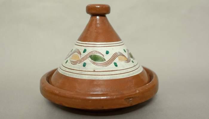<p><em>Taj&iacute;n,</em> Colecci&oacute;n Museo de historia de la inmigraci&oacute;n de Catalu&ntilde;a.</p>