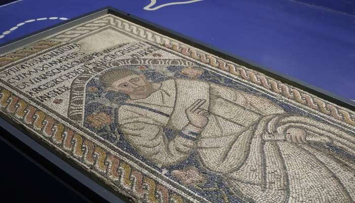 "<p><strong><em><span style=""font-weight: 400;"">Mosaic amb la representaci&oacute; d&rsquo;&Ograve;ptim, segles IV-V dC, pedra calc&agrave;ria, marbre i pasta v&iacute;tria,&nbsp;opus tessellatum,&nbsp;162&times;83.</span></em></strong></p>"