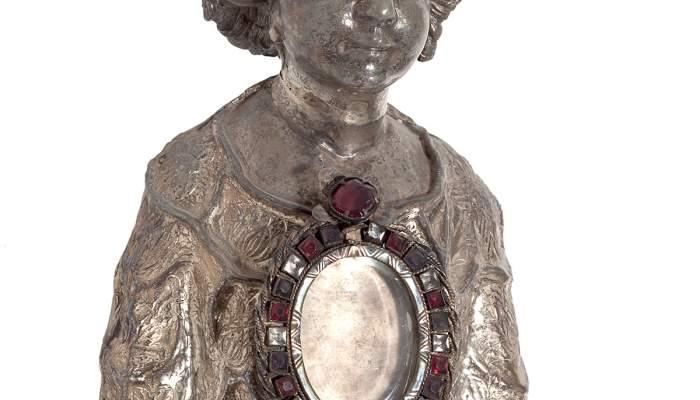 <em>Reliquiari</em>, segle XVII. Fosa en plata sobredaurada, repussada, cisellada, burinada amb pedres dures encastades, 27,5 x 20 x 16 cm. Palau Episcopal, Girona. Museu d&#39;Art Girona.
