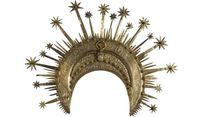 <p><em>Corona del conestable de Portugal</em>, Pere &Agrave;ngel, 1465.&nbsp; Argent sobre daurat, amb detalls repussats, cisellats, burinats i elements de fosa, 49,3 x 64 x 2,5 cm. Castell&oacute; d&#39;Emp&uacute;ries. Museu d&#39;Art de Girona - Fons B